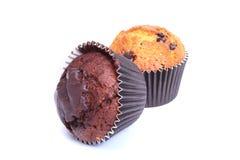 Sortiert mit köstlichem selbst gemachtem Muffin, kleinem Kuchen mit Rosinen, den Nüssen und Schokolade lokalisiert auf weißem Hin stockbilder