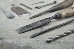 Sortierte alte Arbeitswerkzeuge auf hölzernem Stockfoto