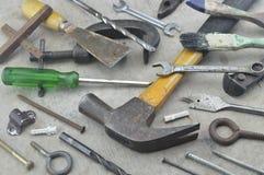 Sortierte alte Arbeitswerkzeuge auf hölzernem Lizenzfreies Stockfoto