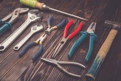 Sortierte Arbeitswerkzeuge auf Holz Lizenzfreie Stockbilder