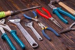 Sortierte Arbeitswerkzeuge auf Holz Lizenzfreies Stockfoto