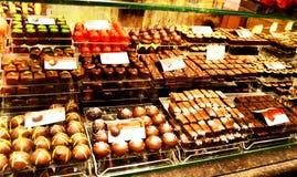 Sortierte belgische Schokoladen auf Anzeige stockfotografie