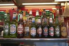 Sortierte Bierflaschen lizenzfreie stockbilder