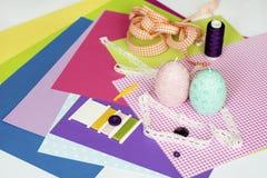 Sortierte Blätter des Farbepapiers und des Einklebebuchs Stockbilder