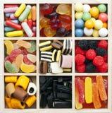 Sortierte Bonbons in einem quadratischen Kasten Stockfotos
