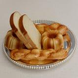 Sortierte Brote auf vergoldeten Platten, luftgetrockneter Ziegelstein rgb Stockbild