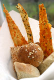 Sortierte Brote in einem Korb Lizenzfreies Stockbild