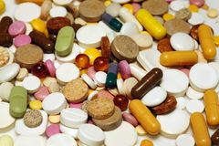 Sortierte bunte Pillen und Kapseln Stockfotos