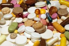 Sortierte bunte Pillen und Kapseln Stockbild