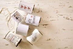 Sortierte Dosen mit verheirateten Aufklebern mit Kopienraum Lizenzfreie Stockbilder