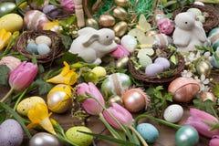 Sortierte Eier und Blumen für Ostern stockbilder