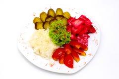 Sortierte Essiggurken und in Essig eingelegtes Gemüse an gedient Stockfoto