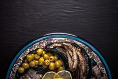 Sortierte Fische auf einer Platte auf einem dunklen Hintergrund Mit Raum für te Stockbild