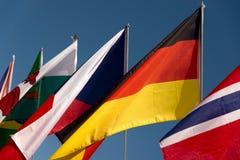 Sortierte Flaggen mit einem Himmelblauhintergrund lizenzfreies stockfoto