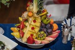 Sortierte Früchte und Beeren werden schön für eine festliche Tabelle gedient stockfotografie