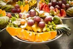 Sortierte Früchte von Trauben, von Kiwi, von Orangen und von Ananas Lizenzfreie Stockfotos