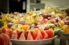 Sortierte Früchte von Trauben, von Kiwi, von Orangen und von Ananas Stockbild