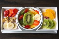 Sortierte frische Frucht mit Jogurt Lizenzfreie Stockfotos