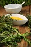Sortierte frische Kräuter mit Olivenöl Lizenzfreie Stockbilder