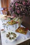 Sortierte frische Salate angezeigt auf einem Buffet Stockfotografie