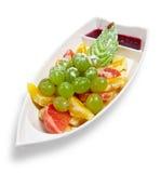 Sortierte Frucht in einem Teller in Form eines Bootes Stockbilder