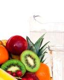 Sortierte Frucht und ein Glas Wasser Stockfotografie