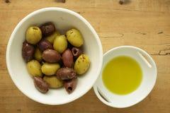 Sortierte griechische Oliven und Olive Oil Stockfoto