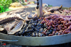 Sortierte Hülsenfrüchte auf rundem metallischem Halter Lizenzfreie Stockfotos