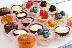 Sortierte köstliche schauende kleine Kuchen stockfotografie
