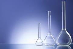 Sortierte leere Laborglaswaren, Testrohre Medizinischer Hintergrund des blauen Tones Kopieren Sie Platz Stockbild