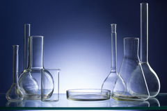 Sortierte leere Laborglaswaren, Testrohre Medizinischer Hintergrund des blauen Tones Kopieren Sie Platz Lizenzfreies Stockfoto