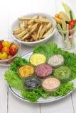 Sortierte Majonäsensoße mit Pommes-Frites und rohem Gemüse stockfotos