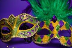 Sortierte Mardi Gras- oder Carnivale-Masken auf Purpur Lizenzfreie Stockfotos