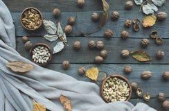 Sortierte Nüsse und Herbstlaub Lizenzfreie Stockfotos