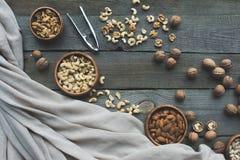 Sortierte Nüsse und Nussknacker Stockfotografie