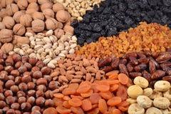 Sortierte Nüsse und Trockenfrüchte Stockbild
