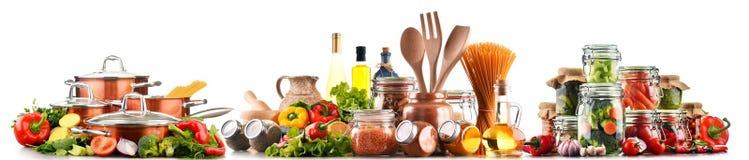 Sortierte Nahrungsmittel und Küchengeräte lokalisiert auf Weiß Lizenzfreies Stockbild