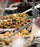 Sortierte Oliven für Verkauf Stockfotos