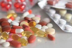 Sortierte Pillen auf dem Tisch Stockfotos