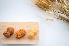 Sortierte Plätzchen auf hölzernen Brettern weißer Hintergrund und Weizen Lizenzfreie Stockfotografie