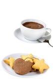 Sortierte Plätzchen auf weißem Nachtischteller und Cup heißer Schokolade Lizenzfreies Stockfoto