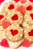 Sortierte Plätzchen und Fruchtgelee für Valentinstag, vertikal Lizenzfreie Stockfotos