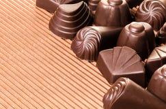 Sortierte Schokoladen auf Braun stockfotos