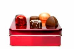 Sortierte Schokoladen auf einem roten Kasten Stockbilder