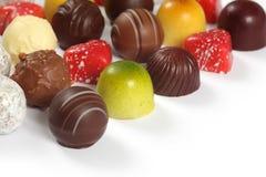 Sortierte Schokoladen auf Weiß Stockbilder