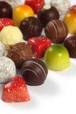 Sortierte Schokoladen auf Weiß Lizenzfreies Stockbild