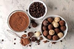 Sortierte Schokoladen Süßigkeitsbälle von verschiedenen Arten der Schokolade auf einem Leichtbetonhintergrund Kakao, Sternanis un stockbilder