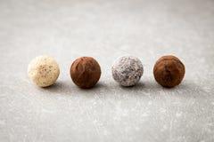 Sortierte Schokoladentrüffeln mit Kakaopulver, Kokosnuss und chopp Stockfotografie