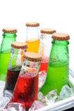Sortierte Soda-Flaschen im Eis-Kasten Stockbilder