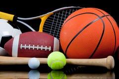 Sortierte Sport-Ausrüstung auf Schwarzem Stockfoto